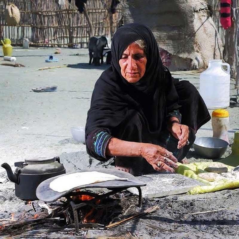 زن رمشکی در حال پخت نان